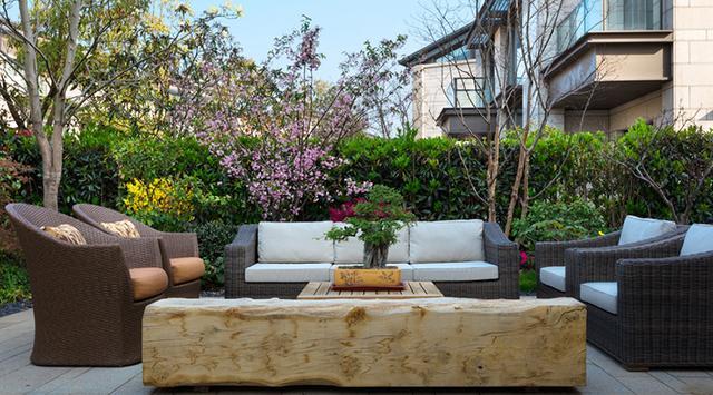 乡村别墅庭院设计的重点有哪些?应从全局考虑选择植物、水景、休闲桌椅等